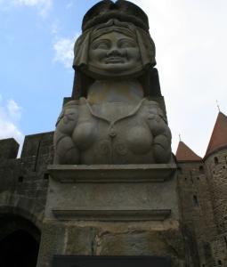 dame Carcas accueille les visiteurs à l'entrée de la Cité de Carcassonne