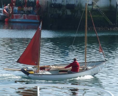 une barcasse avec son tape-cul sort du port