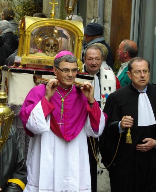 L'évêque de Saint-Brieuc et de Tréguier porte le chef de Saint Yves