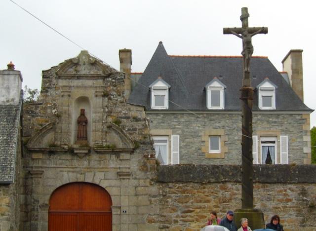 une station de la procession, face à la salle paroissiale