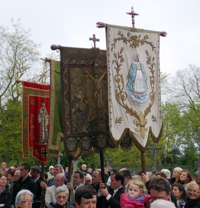 Les banières s'apprètent à saluer le chef de Saint Yves à Minihy Tréguier