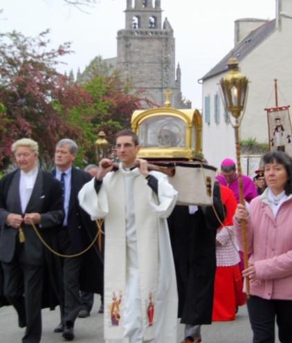 Saint Yves quitte Minihy-Tréguier pour rejoindre la basilique de Tréguier