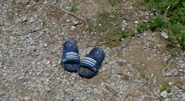 des promeneurs auraient-ils abandonné leurs savates?