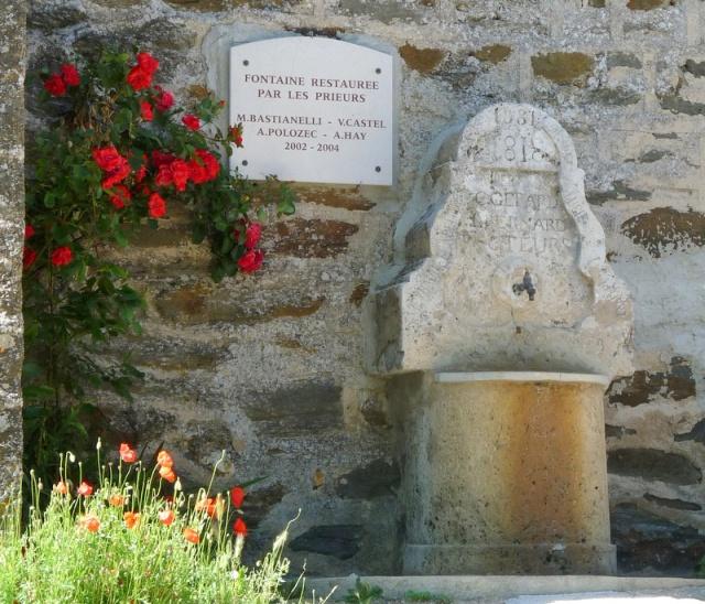 la fontaine réhabilitée par trois frères franciscains