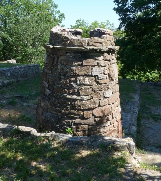 cheminée en ruines sur le site de Notre Dame des Anges